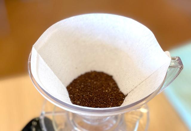 コーヒー粉を量り、ドリッパーに入れる